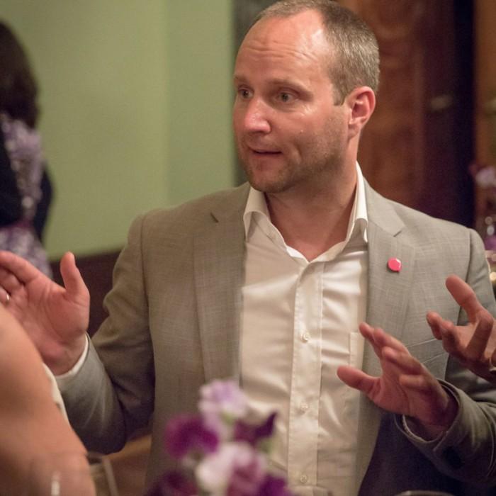 Matthias Strolz, Parteivorsitzender der NEOS, und der Informationsdirektorin der Sendergruppe ProSiebenSat.1PULS 4 GmbH Corinna Milborn 10