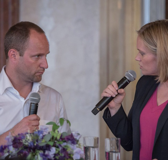 Matthias Strolz, Parteivorsitzender der NEOS, und der Informationsdirektorin der Sendergruppe ProSiebenSat.1PULS 4 GmbH Corinna Milborn